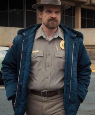 Verso Stranger Things 3: Sceriffo Jim Hopper